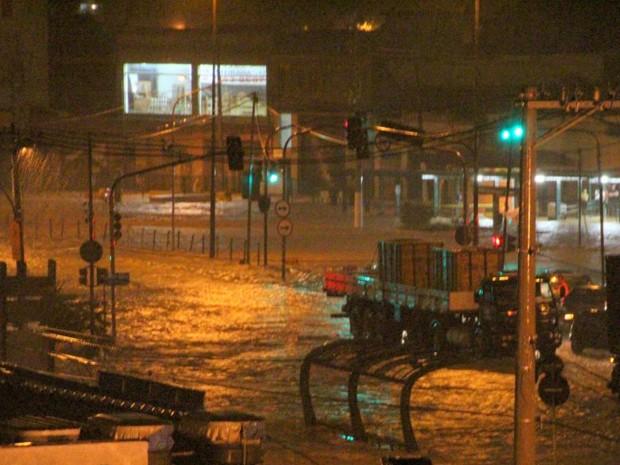 Chuva provoca alagamento na Avenia Anhaia Mello  (Foto: Ana Carolina Gasparotto / VCnoG!)