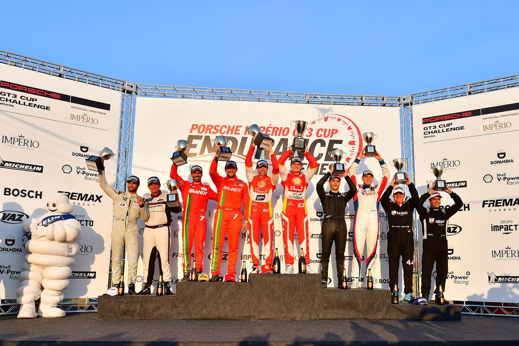 Pódio da categoria Cup e geral (Foto: Porsche Império GT3 Cup/Fernanda Freixosa )