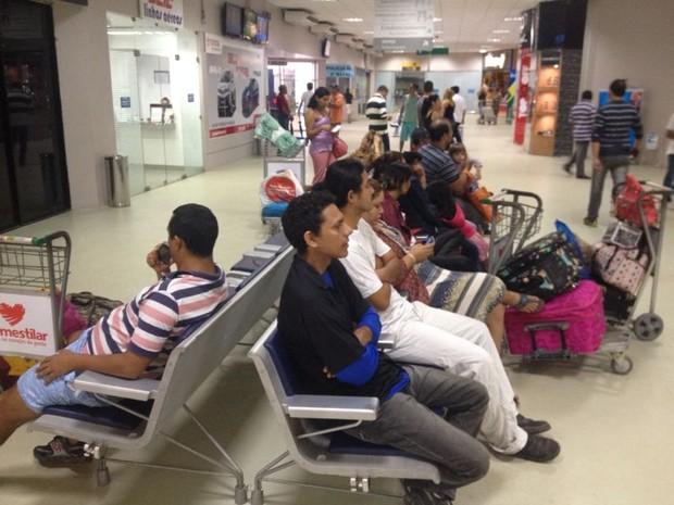 Passageiros aguardavam embarque no aeroporto de Macapá (Foto: Abinoan Santiago/G1)