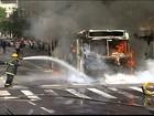 Após grupo queimar ônibus no ES, governo diz que vai manter nova tarifa