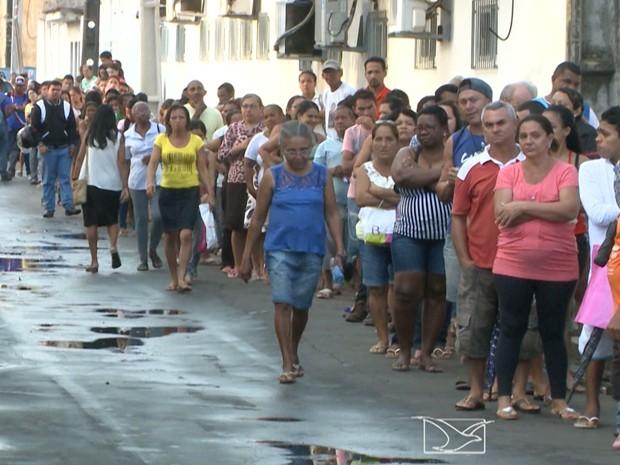 Idosos estão enfrentando fila para poder marcar consultas ou realizar exames em São Luís (Foto: Reprodução/TV Mirante)