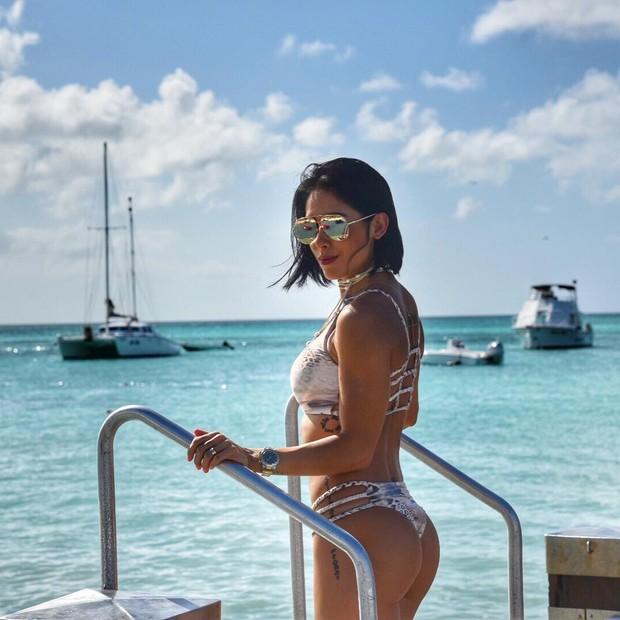 Bella Falconi: Biquíni e maiôs com muitas tiras e bem diferentes são os hit entre as famosas no verão 2017 (Foto: Instagram / Reprodução)