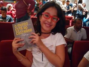 Sofia Salgado, de 10 anos, pediu à mãe que comprasse o livro de Claudio (Foto: Alan Tiago Alves/G1)
