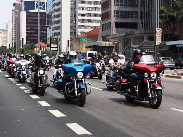 Motoqueiros se reúnem para celebrar o Harley Days, evento que atrai centenas de motociclistas fãs da marca Harley Davidson em São Paulo. Eles fizeram um passeio de moto pelas ruas da cidade, passando pela Av. Paulista (Foto: Rafael Miotto/G1)