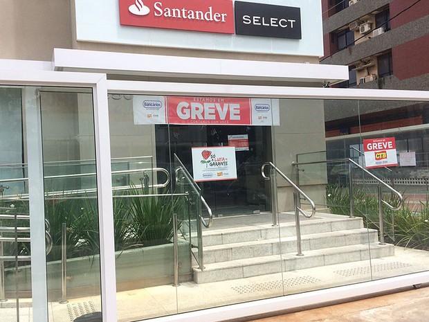 Santander da Barra fechado nesta terça-feira (27), durante greve dos bancários. Salvador. Bahia (Foto: Natally Acioli / G1)