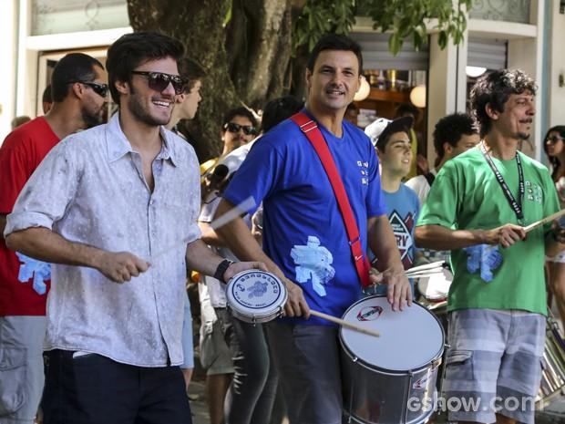 Hugo Bonemer tendo aulas de percussão com Monobloco (Foto: Paulo Belote / TV Globo)