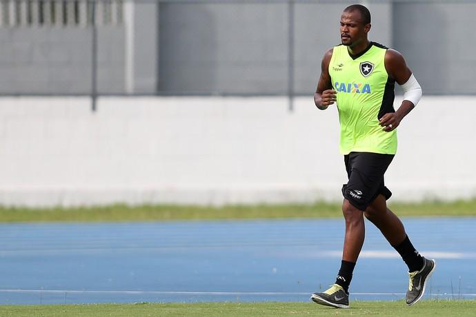 Airton aparece com proteção e treina normalmente no Nilton Santos (Foto: Vitor Silva/SSPress/Botafogo)