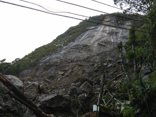 Mais de mil toneladas de pedras e terra desceram dessa encosta de 200 metros de altura (Foto: Marcello Santos / Inter TV)