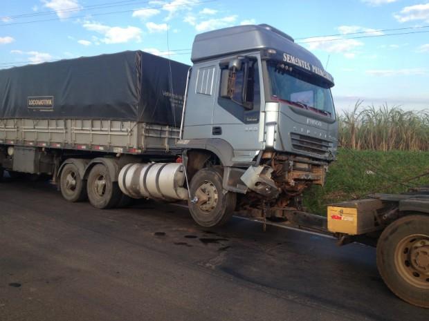 Segundo a PRF, condutor da carreta disse que não conseguiu acionar os  freios (Foto 98062a50ecc