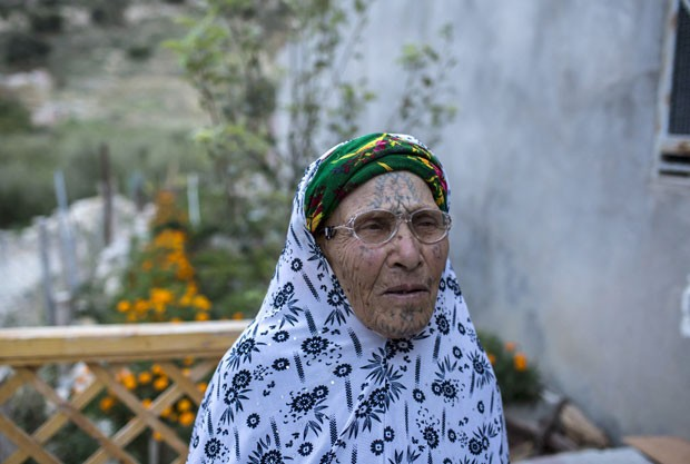 Djemaa Daoudi, 90, foi obrigada a se tatuar pelo marido, aos 15 anos (Foto: Zohra Bensemra/Reuters)