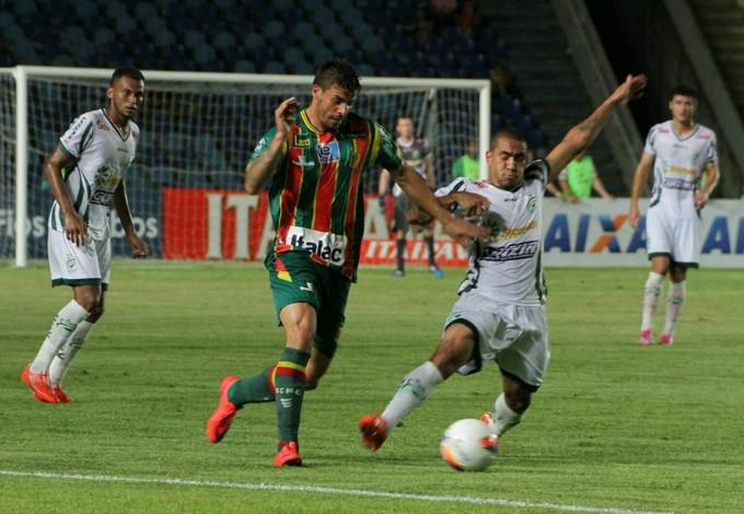 Douglas, do Sampaio, fez o primeiro gol do time na vitória contra Luverdense (Foto: Biaman Prado / O Estado)
