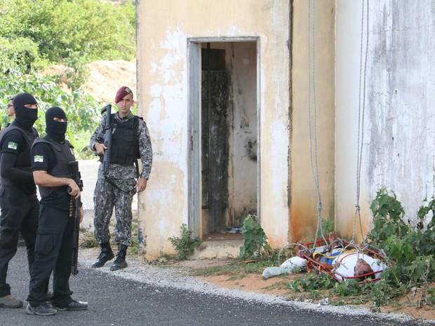 20/10: Preso baleado foi resgatado na Penitenciária de Alcaçuz (Foto: Elias Medeiros)