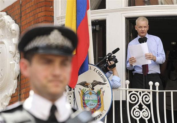 Fundador do Wikileaks está refugiado na embaixada equatoriana em Londres. (Foto: Olivia Harris/Reuters)