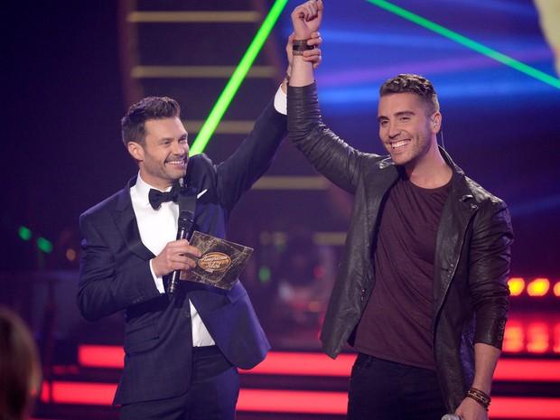 Ryan Seacrest anuncia Nick Fradiani como vencedor da 14ª temporada do American Idol em Los Angeles, nos Estados Unidos (Foto: Kevork Djansezian/ Getty Images/ AFP)