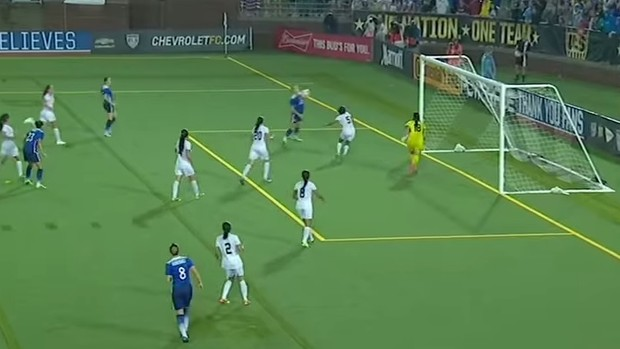 Alex Morgan marca gol de peito para os EUA