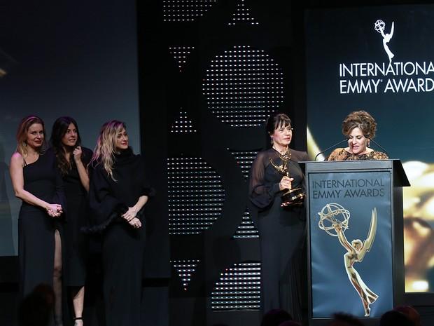 Os diretores Fábio Strazzer e Joana Jabace, a atriz Paula Burlamaqui, a diretora de núcleo Amora Mautner e as autoras Thelma Guedes e Duca Rachid. (Foto: Luiz C. Ribeiro/Globo)