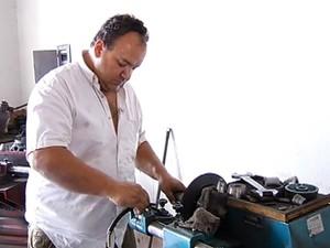 Mecânico fez curso e trabalha na oficina da família (Foto: Reprodução/TV Integração)