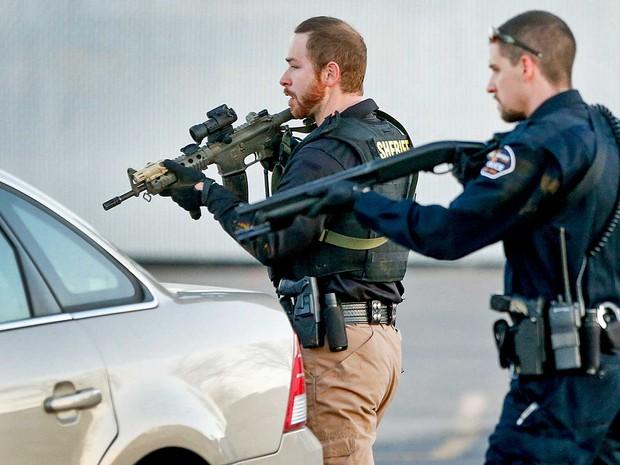 Policiais em Hesston (Foto: Fernando Salazar / The Wichita Eagle / via AP)