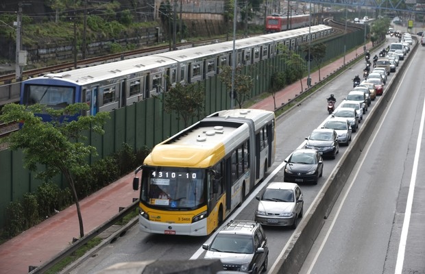 Trânsito na rua Doutor Luiz Ayres, localizada na Zona Leste (Foto: Rivaldo Gomes/Folhapress)