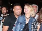 Ronaldo dança agarradinho com a namorada no Lollapalooza
