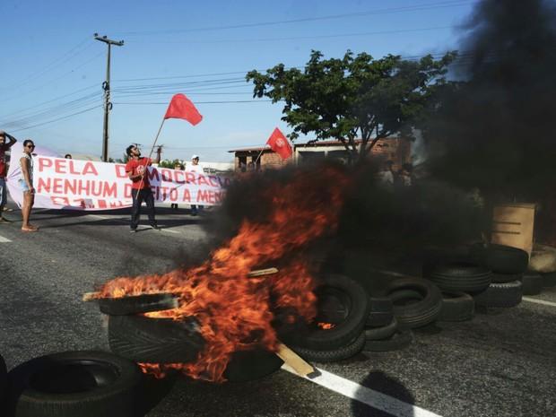 Pneus foram queimados na BR-116 e via ficou interditada no início da manhã (Foto: Divulgação/MTST-CE)