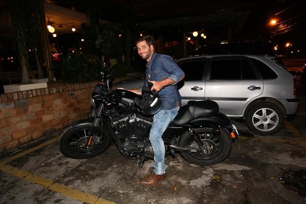 Bruno Gagliasso deixa restaurante no Rio de moto (Foto: Manuela Scarpa e Marcos Ribas/ Foto Rio News)