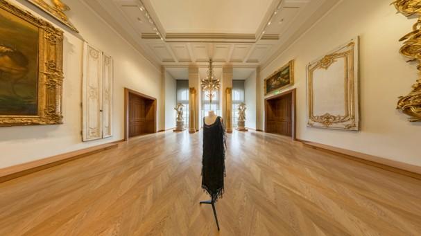 A expo O Vestido Preto, no Musée Les Arts Décoratifs, na França, também está na plataforma (Foto: Divulgação)