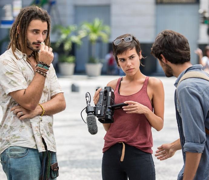 Leila dá uma ignorada em Jonatas (Foto: Fábio Rocha/Gshow)