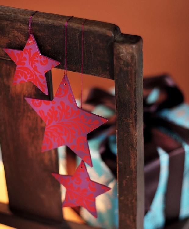Pendurar estrelas coloridas no encosto das cadeiras ajuda a casa toda a entrar no clima de celebração de fim de ano (Foto: Rogério Voltan/Casa e Comida)
