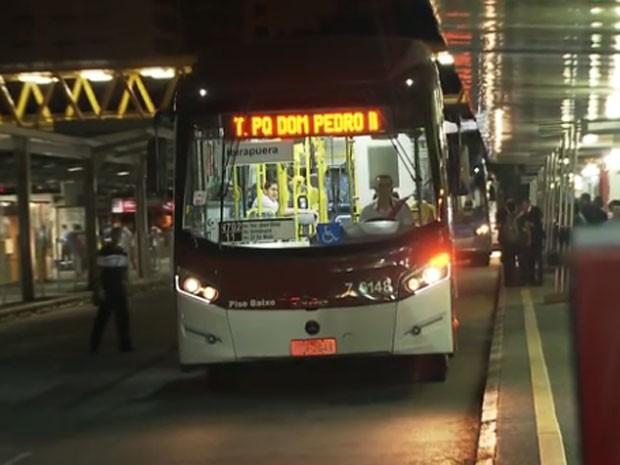 Linha de ônibus noturno circula pelo Centro de São Paulo (Foto: Reprodução/TV Globo)