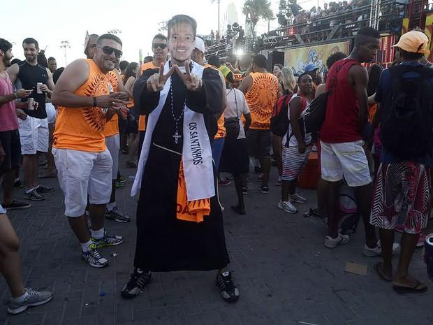 Folião fantasiado de padre para acompanhar Wesley Safadão (Foto: Diogo Macedo/Ag Haack)
