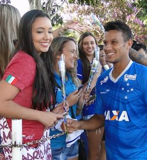 Jogadores do Cruzeiro presentearam torcedores com flores (Foto: Guilherme Frossard)