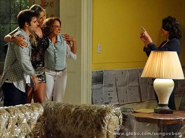 Mangaba posa com a família de Brenda (Foto: Sangue Bom / TV Globo)