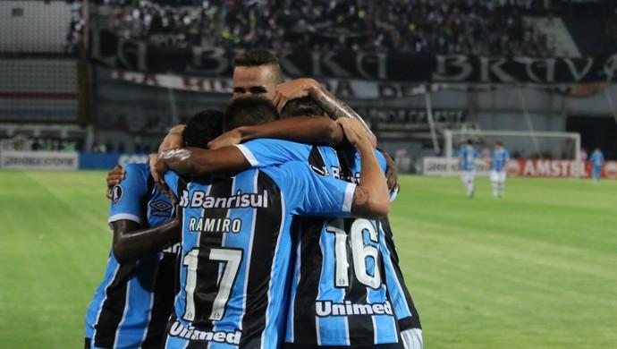 Grupo do Grêmio comemora contra o Zamora (Foto: Eduardo Moura)