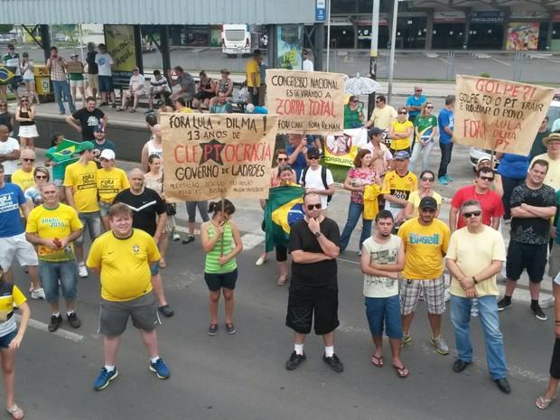 Em Criciúma, 150 pessoas manifestam, conforme a PM (Foto: Rogério Danieslki/RBS TV)