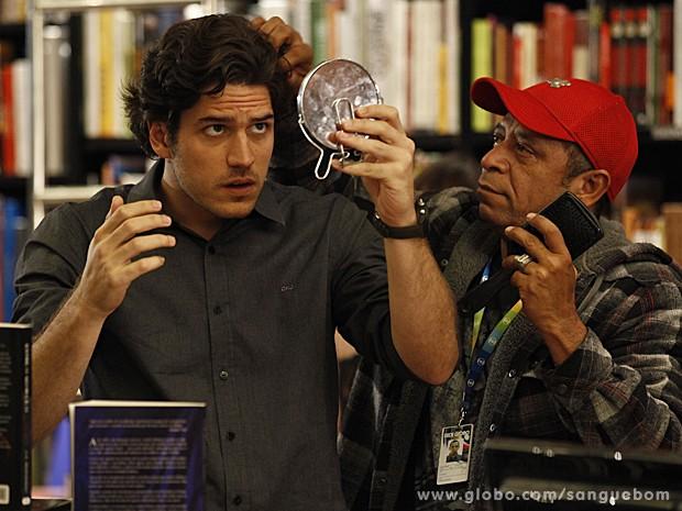 No intervalo de gravação, Marco Pigossi tem ajuda para dar ajeitadinha no cabelo (Foto: Sangue Bom/TV Globo)