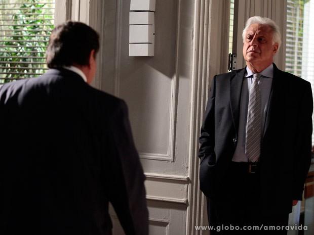 César percebe que cometeu um erro ao negar emprego ao amigo (Foto: Pedro Curi/TV Globo)