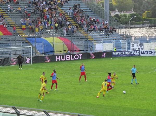 Romênia x Congo em amistoso ao lado do Lago de Como (Foto: Reprodução Twitter)