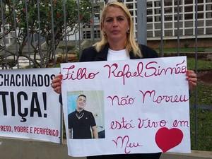 Regina Simão Sarchi, perdeu o filho Rafael Simão em abril de 2014 durante ataque a tiros em Mogi das Cruzes (Foto: Maiara Barbosa/ G1)