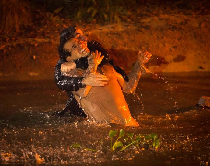 Zé dos Porcos luta com Alcides no lago (Foto: Fabiano Battaglin/Gshow)