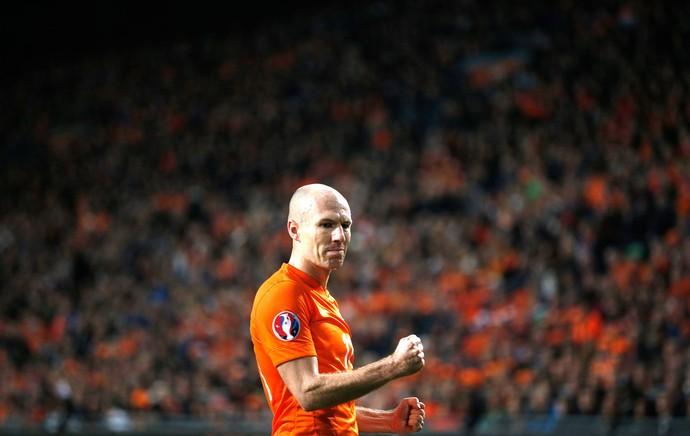 Robben, Holanda X Letonia (Foto: Agência AP )