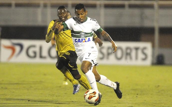 Vitor Junior Itaguí e Coritiba (Foto: Agência EFE)