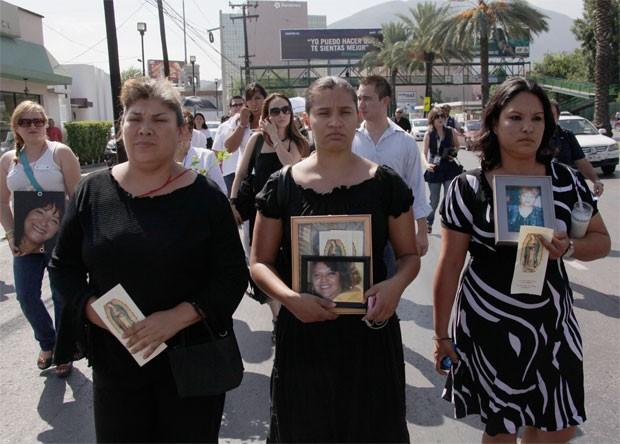 Parentes seguram fotos de vítimas do ataque de 2011 em Monterrey (Foto: Reuters)
