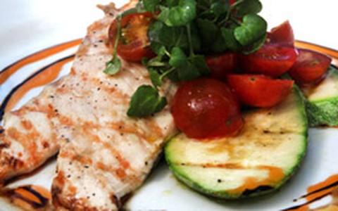 Peito de frango orgânico com abobrinha, espaguete e tomates
