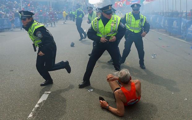 Tragédia Boston - Corredor cai no chão com explosão (Foto: Getty Images)