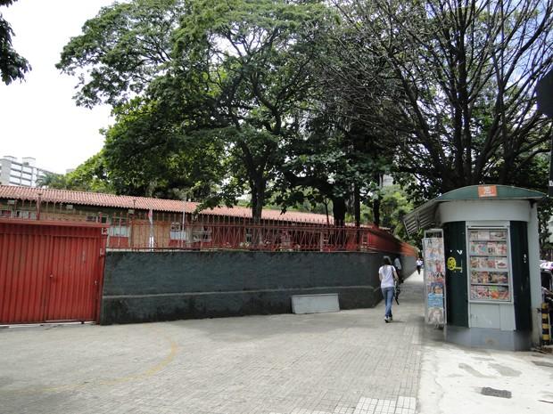 Portão de entrada da Escola Estadual Bueno Brandão, que também serve de acesso à rua para Alcinéia e seus filhos. (Foto: Cristina Moreno de Castro/G1)