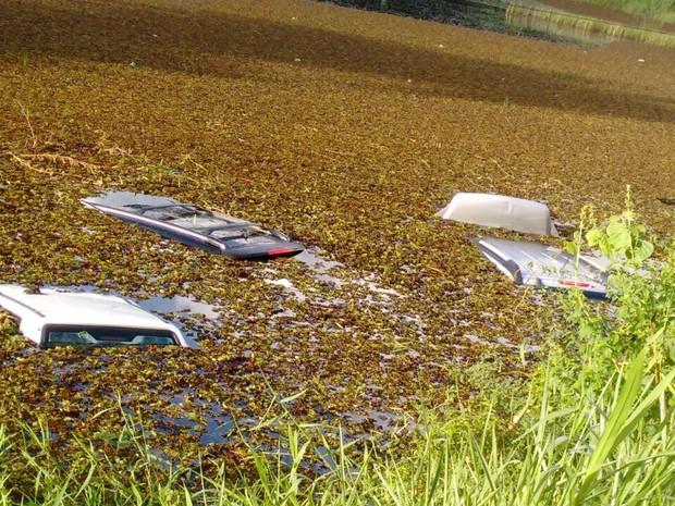 Carros ficam submersos após caírem dentro de lagoa na BR-101, em PE (Foto: Whatsapp/Reprodução)