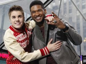 Justin Bieber abraça Usher, seu padrinho musical, em apresentação em programa de TV em Nova York nesta quarta-feira (23) (Foto: Reuters/Brendan McDermid)