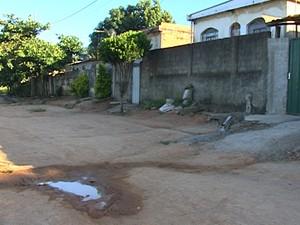 Esgoto escorre entre buracos nas ruas (Foto: Reprodução/TV Integração)