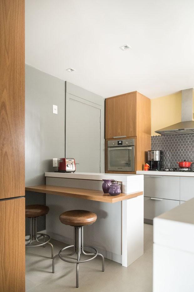 Apartamento gaúcho tem paleta neutra e dá protagonismo à churrasqueira  (Foto: ©Marcelo Donadussi)